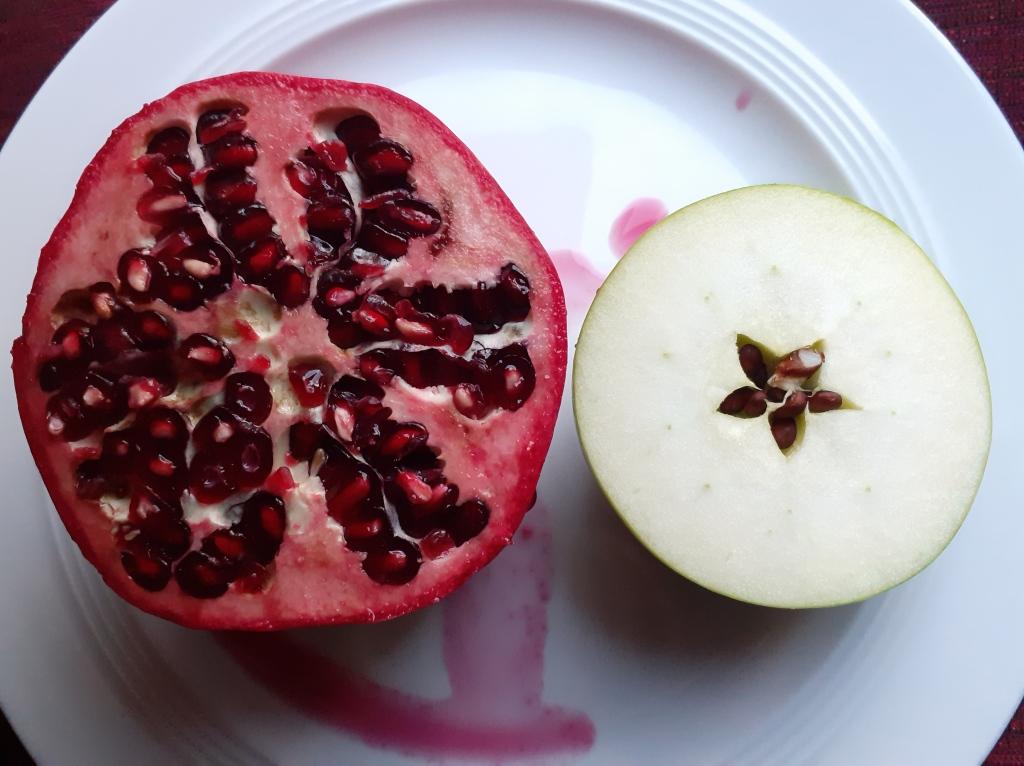 Apfel & Granatapfel, aufgeschnitten